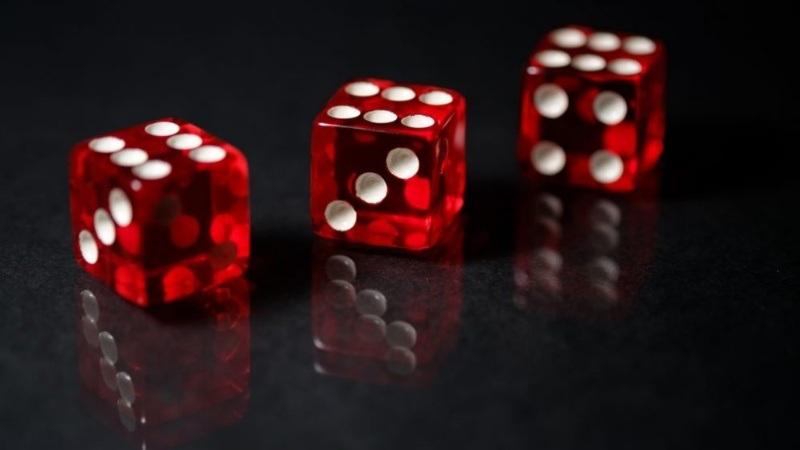 Nếu bạn đặt cược ở bất kỳ cặp 3 số nào mà xúc xắc ra 3 mặt bất kỳ thì người chơi sẽ thắng cược 1 ăn 30